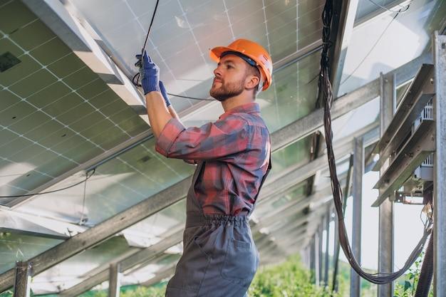 Inżynier sprawdza w panelach słonecznych