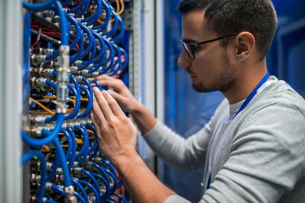 Inżynier systemowy sprawdza serwery