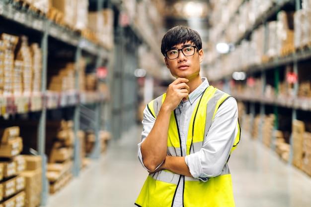 Inżynier szczegóły zamówienia sprawdzającego towary i dostawy na półkach