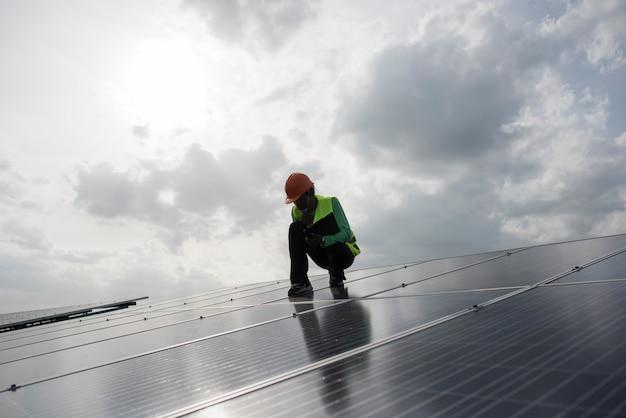 Inżynier techniczny sprawdza konserwację paneli ogniw słonecznych.