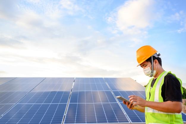 Inżynier technik przemysłowy kontrola elektryczna panelu słonecznego za pomocą cyfrowego testera izolacji insulation