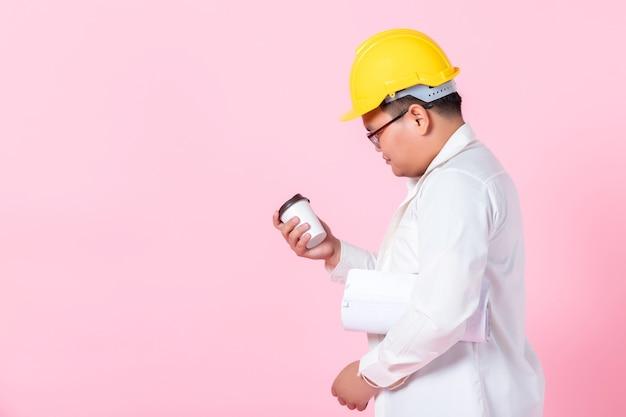 Inżynier trzyma filiżankę kawy