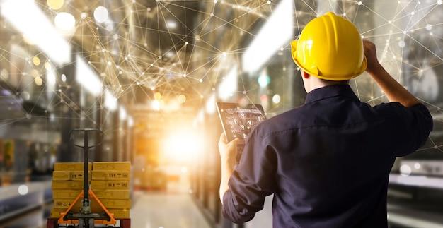 Inżynier trzymaj kontrolę nad tabletem i transport dostaw innowacyjny globalny wkład logistyczny