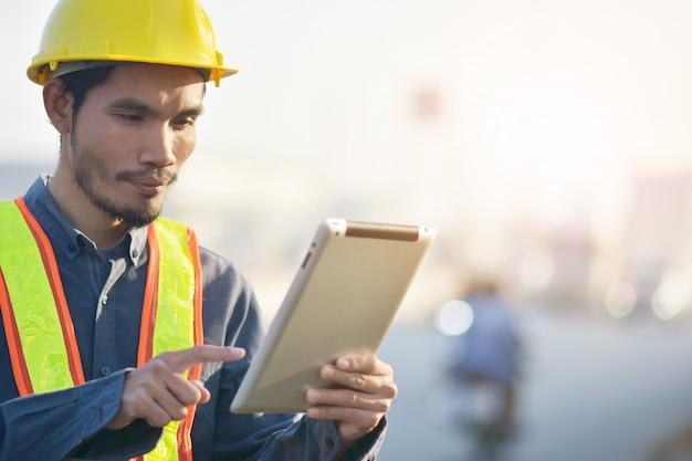 Inżynier, trzymając tablet