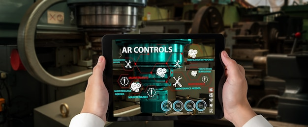 Inżynier używa oprogramowania rozszerzonej rzeczywistości na linii produkcyjnej inteligentnej fabryki