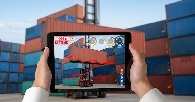 Inżynier używa oprogramowania rozszerzonej rzeczywistości na placu kontenerowym