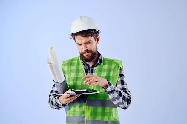 Inżynier w białym hełmie projektuje profesjonalne niebieskie tło