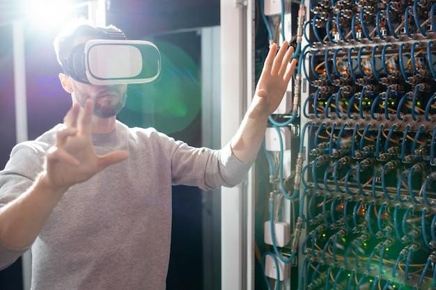 Inżynier w goglach vr pracujących w centrum bazy danych
