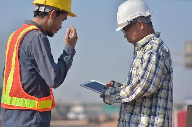 Inżynieria budowlana używa białej tabletki aplikacji pracującej architektury nieruchomości