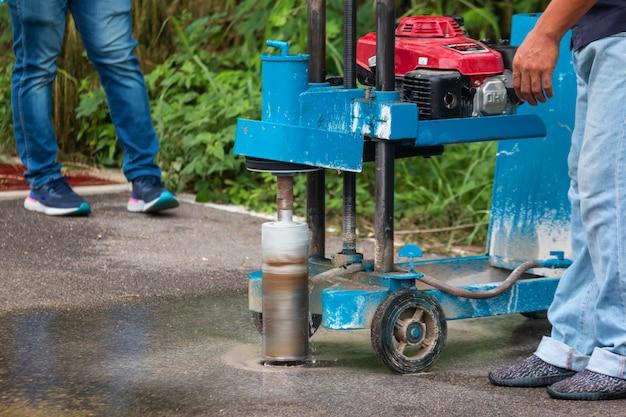 Inżynieria wierci drogę maszyną do wiercenia drogowego w celu sprawdzenia standardów drogowych