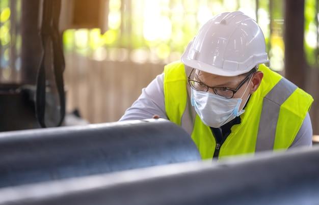 Inżynierowie badają fabrycznie nową powlekaną rurę