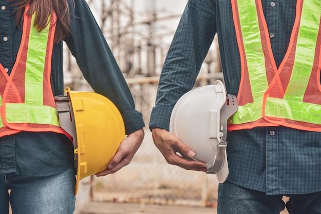 Inżynierowie budowlani z twardymi czapkami