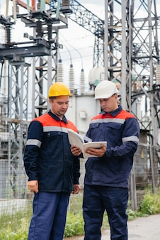 Inżynierowie energetyki sprawdzają wyposażenie podstacji
