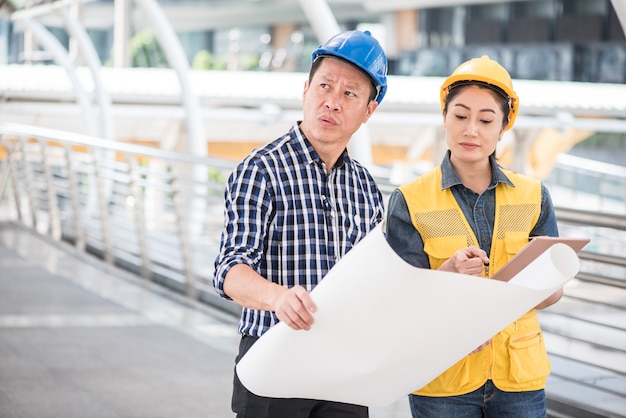 Inżynierowie i praca zespołowa, spotkanie dla pomyślnej budowy projektu