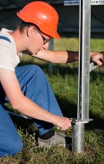 Inżynierowie instalujący ramę do paneli słonecznych.