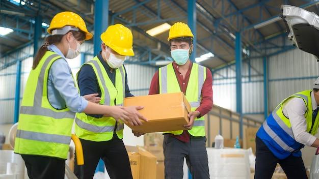 Inżynierowie noszą maskę ochronną podczas pracy w magazynie