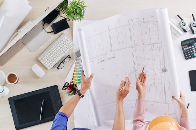 Inżynierowie opracowujący plan