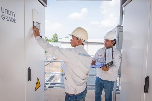 Inżynierowie pracujący przy monitorowaniu i konserwacji urządzeń w elektrowniach zielonych