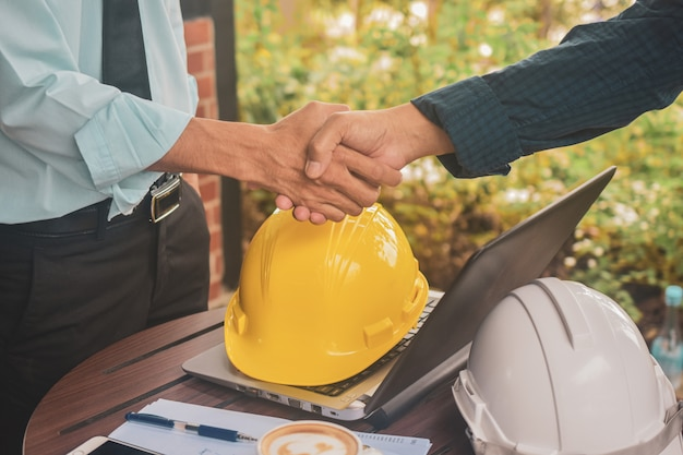 Inżynierowie robią uścisk dłoni w pracy