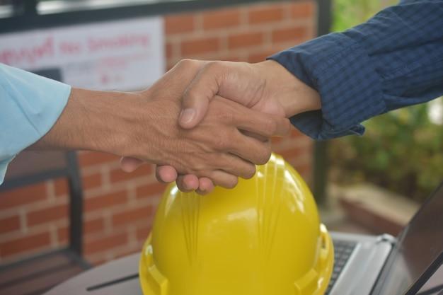 Inżynierowie robią uścisk dłoni
