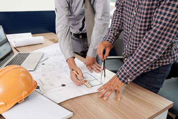 Inżynierowie rysują plan