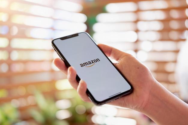 Iphone xs pokazuje logo amazon robiące zakupy online