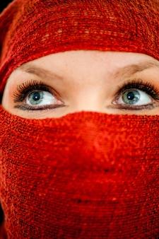 Irańska kobieta ukrywa twarz