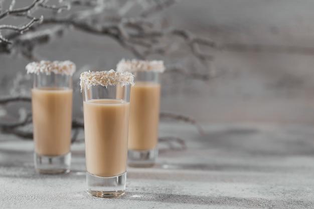 Irish cream liquor lub coffee likier z koroną z płatków kokosowych na szczycie krótkiej szklanki. ozdoby świąteczne whinter