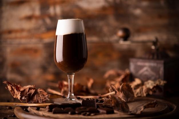 Irlandzka kawa na drewnianym stole z bliska