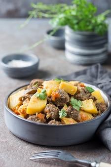 Irlandzki gulasz z wołowiną, ziemniakami, marchewką i ziołami. tradycyjne danie z okazji dnia świętego patryka.