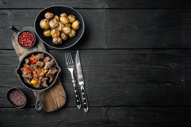 Irlandzki gulasz z ziemniaków wołowych, marchwi i ziół na żeliwnej patelni