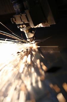 Iskry wylatują z głowicy maszyny do obróbki metalu