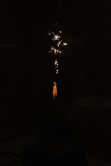 Iskry z sparklers lub małych fajerwerków w ciemności