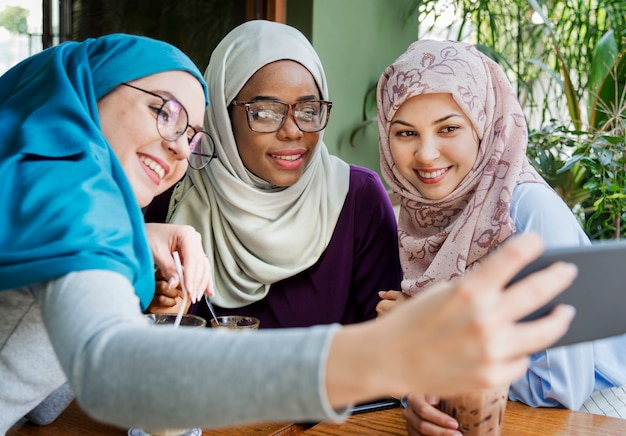 Islamscy kobieta przyjaciele bierze selfie wpólnie