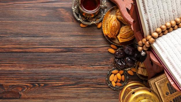 Islamska dekoracja nowego roku z koranem i jedzeniem