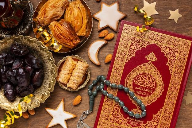 Islamska dekoracja noworoczna z tradycyjnym jedzeniem i koranem