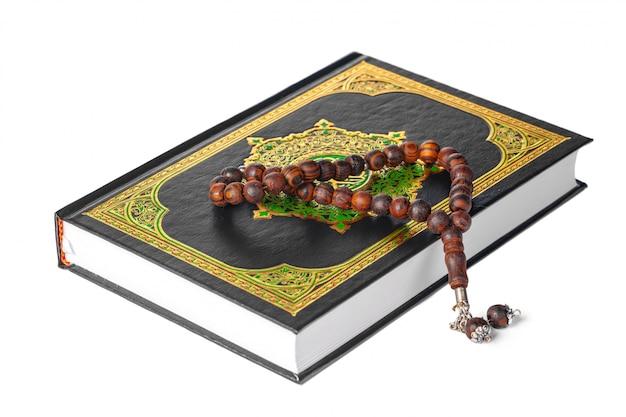 Islamska książka święty koran i koraliki na tle witki
