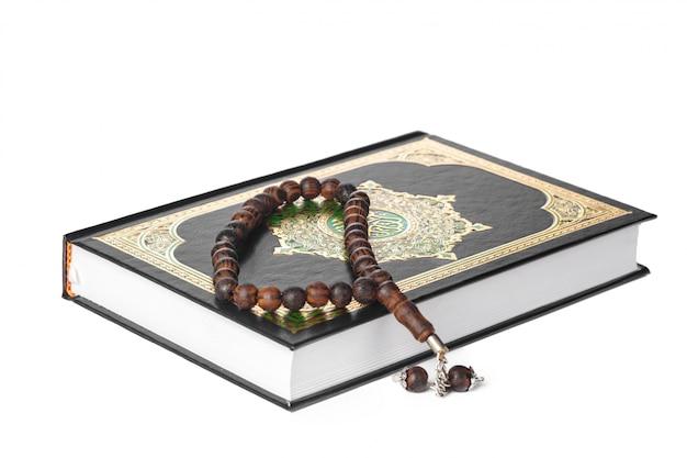 Islamska książka święty koran i koraliki na witce