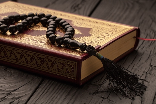 Islamska księga koran na drewnianym stole