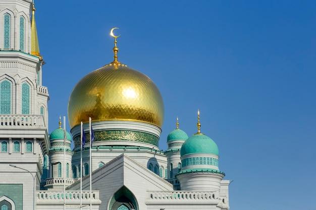 Islamski meczet na niebieskim tle nieba