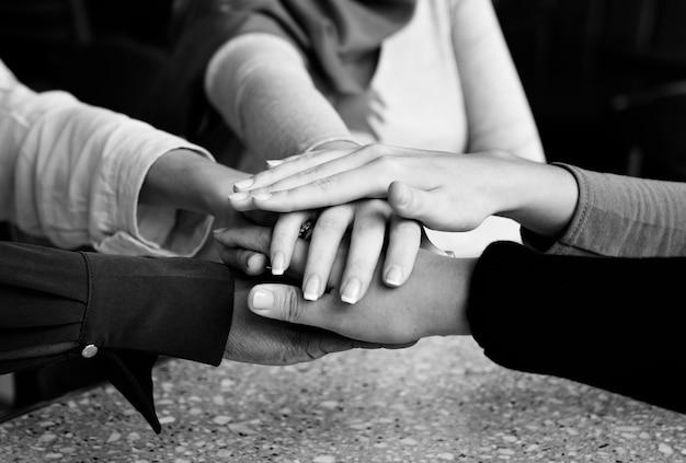 Islamski przyjaciele ręce stos do pracy zespołowej