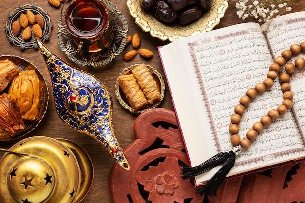 Islamskie jedzenie noworoczne z modlącymi się koralikami
