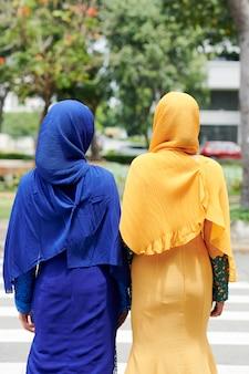 Islamskie kobiety w tradycyjnych strojach