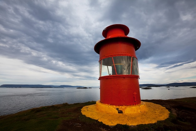 Islandzka latarnia morska w czasie burzy