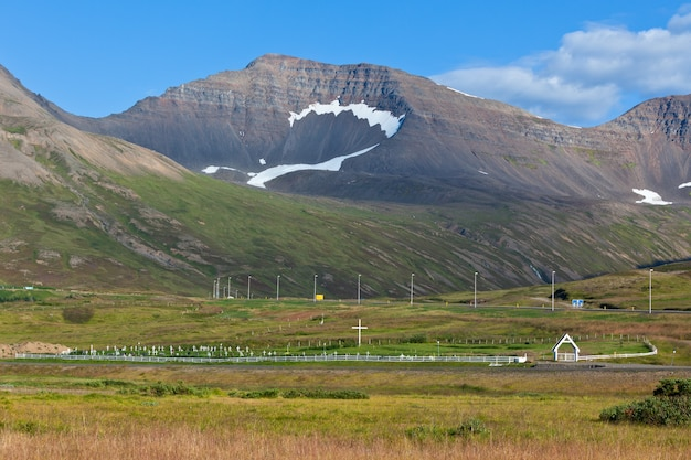 Islandzki krajobraz gór z cmentarzem