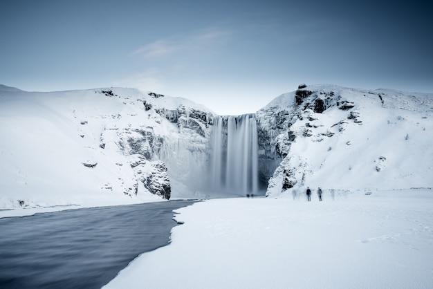 Islandzki zamarznięty wodospad