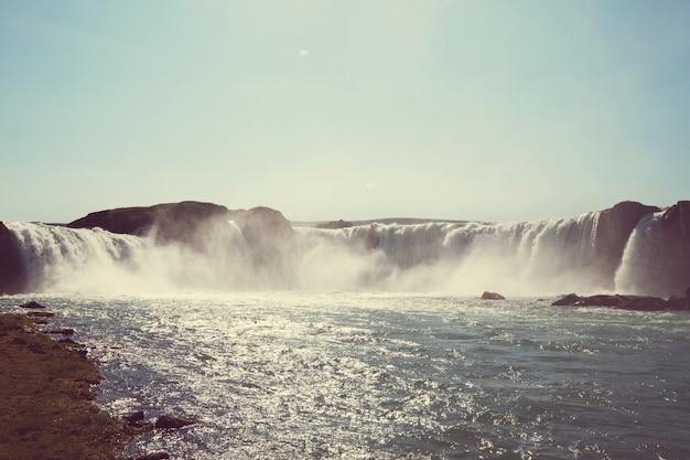 Islandzkie dramatyczne krajobrazy z wodospadem