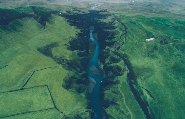 Islandzkie zielone wzgórza i panoramy