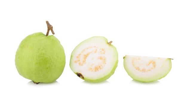Isolared guawa (owoce tropikalne) na białym tle