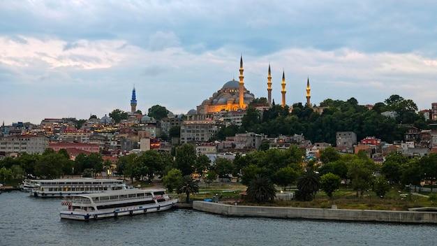 Istanbul, turcja - 29 maja: widok budynków i łodzi wzdłuż bosforu w stambule turcja 29 maja 2018 r.
